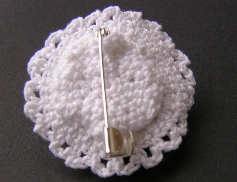 broszka biała z koralikiem 01